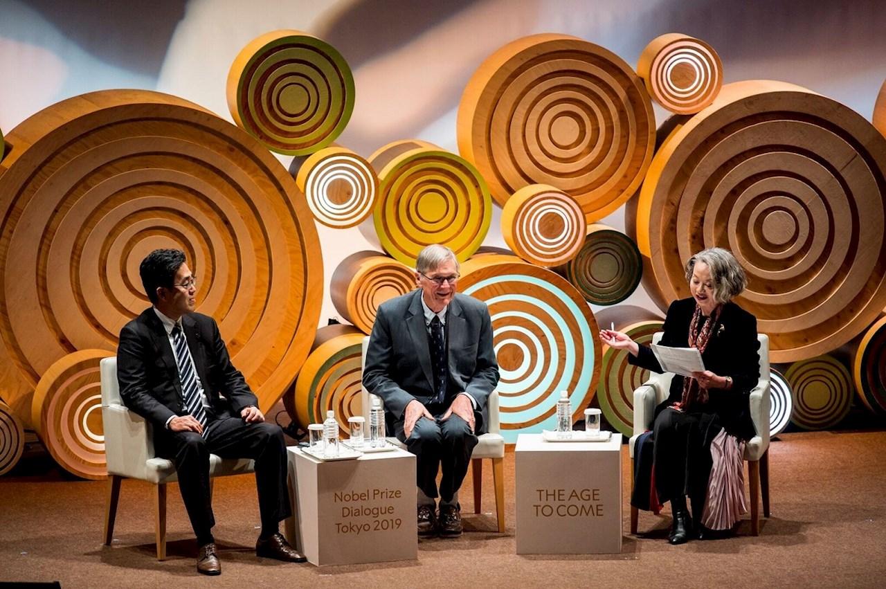 Da esquerda para a direita: Ryuta Kawashima, diretora do Institute of Development, Aging and Cancer, Universidade Tohoku; Tim Hunt, Prêmio Nobel de Fisiologia ou Medicina em 2001; Yuko Fujigaki, professor da College and Graduate School of Art and Sciences, Universidade de Tóquio. Imagem: © Nobel Media