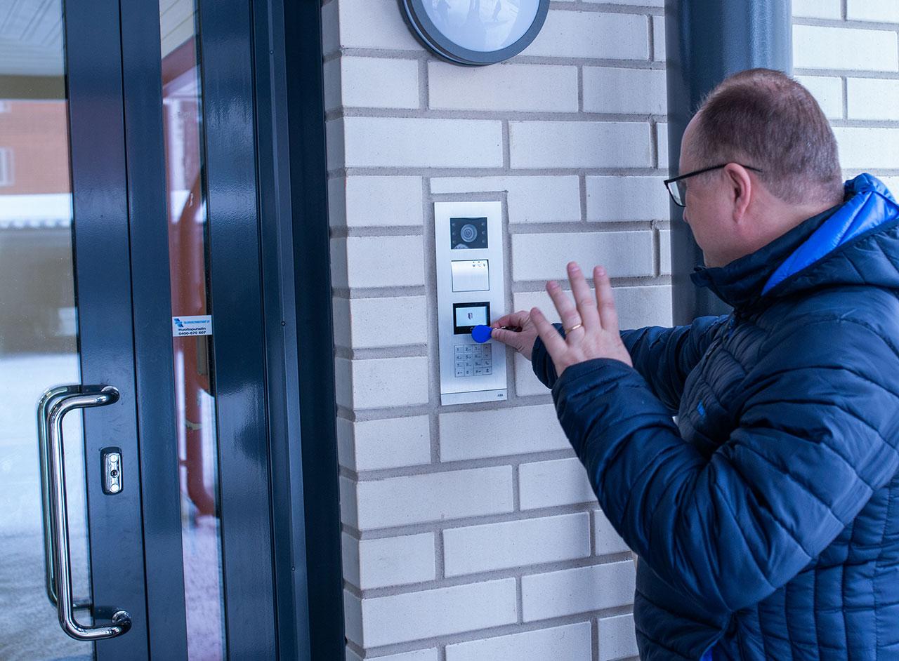 Sekä talon alaoven että asunnon oven voi avata eteisen kosketusnäytöltä tai etänä omasta kännykästään.