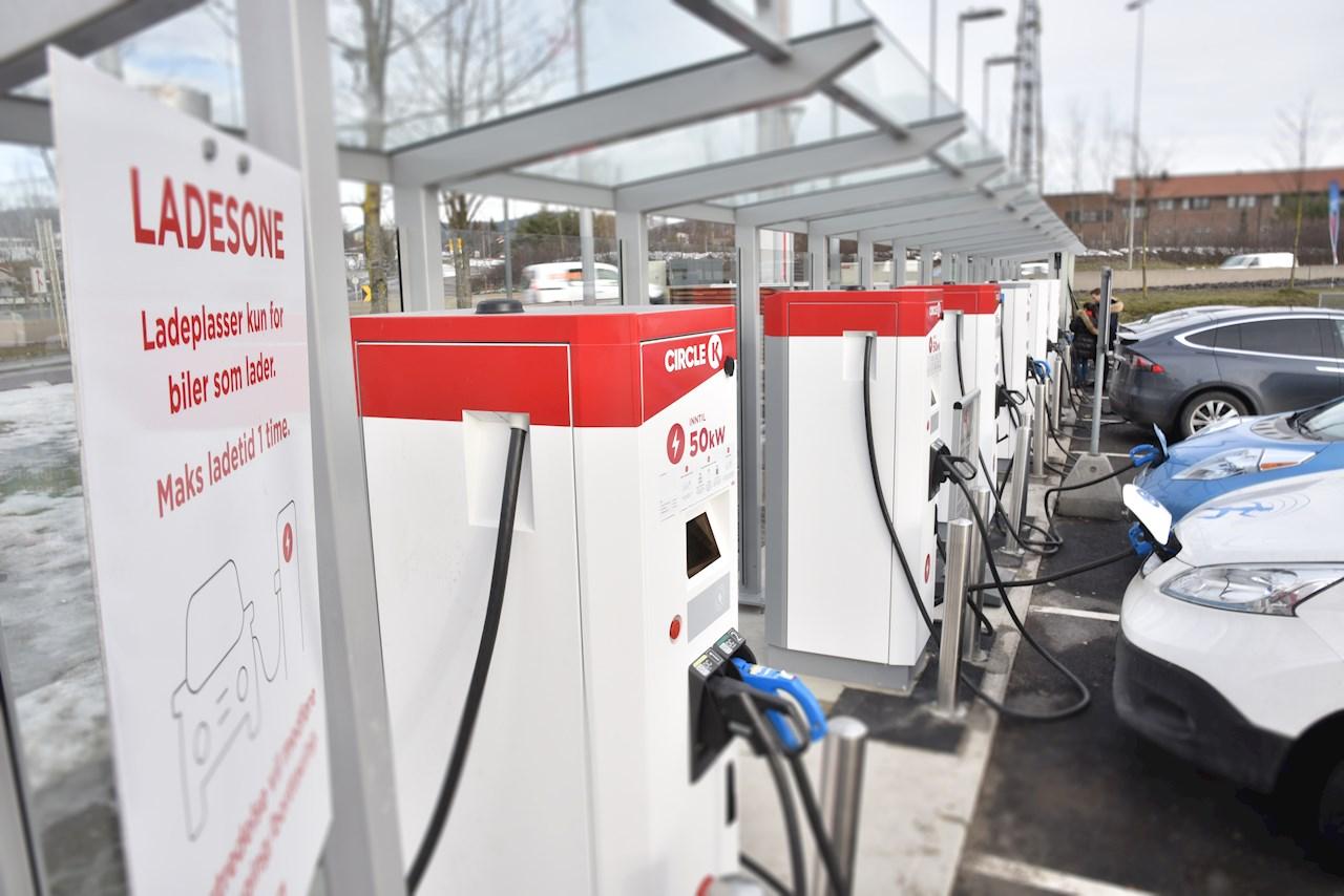 Hurtigladere fra ABB klare til å fylle elektroner på norges elbiler