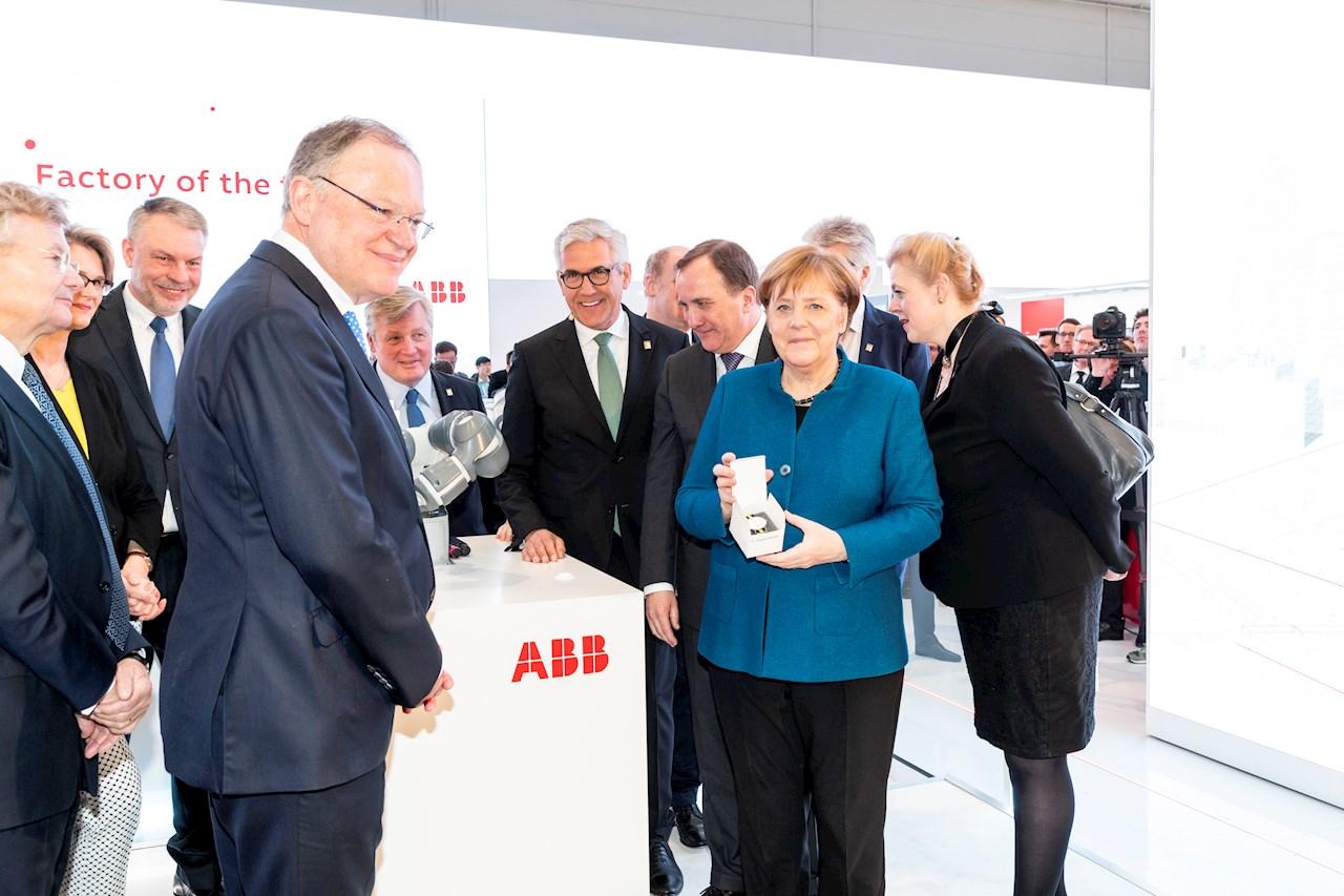 ABBs konsernsjef Ulrich Spiesshofer (i midten) presenterte ABBs visjon for fremtidens fabrikk til Sveriges statsminister Stefan Löfven (på høyre side) og Tysklands forbundskansler Angela Merkel