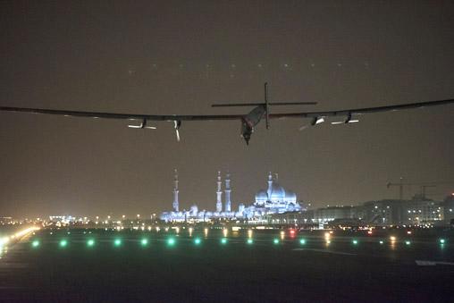 Solar Impulse laskeutuu Abu Dhabiin. (© Solar Impulse / rezo.ch)