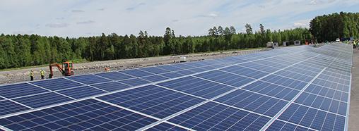 Lopullisessa laajuudessaan Atrian aurinkovoimalan koko asennettu teho on kuusi megawattia. Aurinkopaneeleja asennetaan kahden maakentän lisäksi tuotantolaitoksen rakennusten katoille.