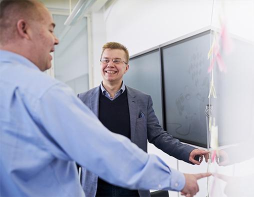 Operations Manager Juha Alamäki (vas.) ja Simo Säynevirta uskovat digitalisaation synnyttävän täysin uudella tavalla verkottunutta taloutta. ABB:n digitaalisessa etäpalvelukeskuksessa (ABB Ability™ Collaborative Operations Center) Helsingin Pitäjänmäellä kehitetään yhdessä asiakkaiden kanssa uusia toimintamalleja ja ratkaisuja toiminnan tehostamiseksi ja optimoimiseksi.