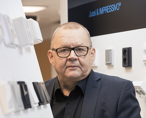 Leevi Peltonen vaihtoi vapaa-ajantuotteiden ja uistimien markkinoinnista sähkötarvikkeisiin vuonna 1988, ja sillä tiellä on pysytty.