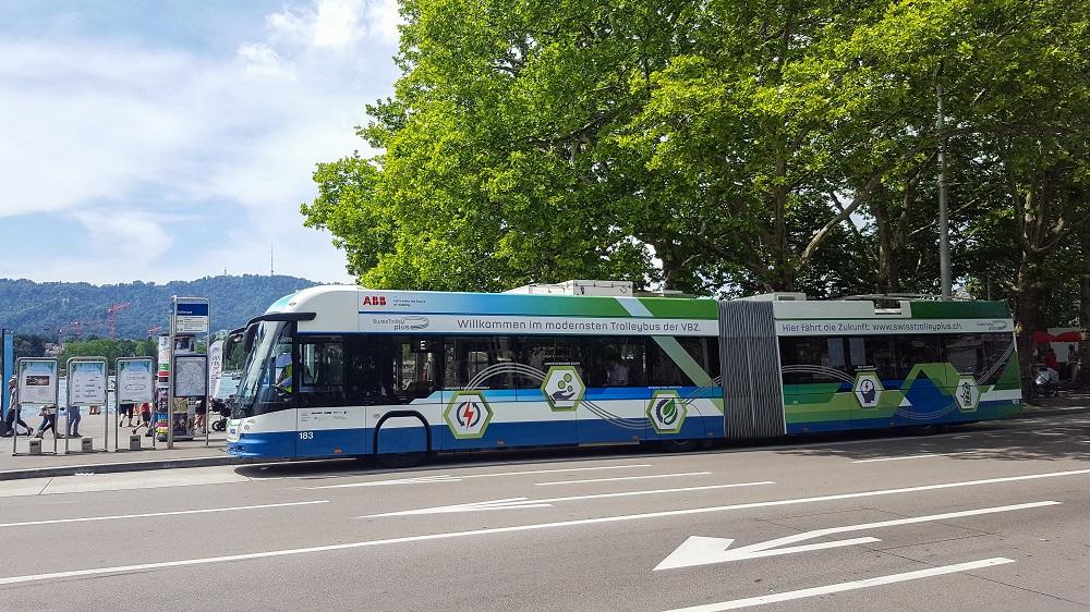«SwissTrolley Plus mit ABB-Antriebstechnik. Quelle: Verkehrsbetriebe Zürich.