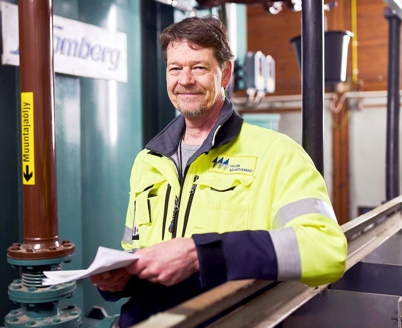 """Kruununhaan sähköasema pudottaa 110 kV:n jännitteen jakeluverkkoon sopivaksi. Vuodesta 2015 lähtien päämuuntajien häviölämpö on käytetty kiinteistön lämmitykseen. """"Järjestelmä on toiminut juuri kuten suunniteltiin"""", Helen Sähköverkon Mika Aromaa kertoo."""