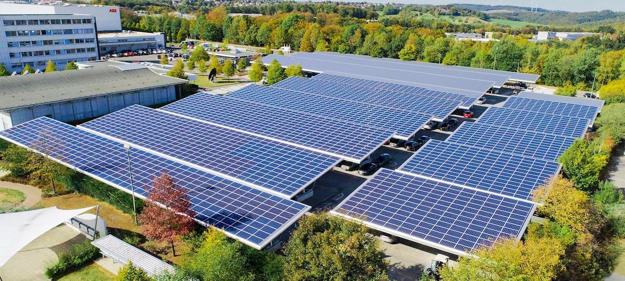 Solceller har installerats över parkeringarna på företagets område.