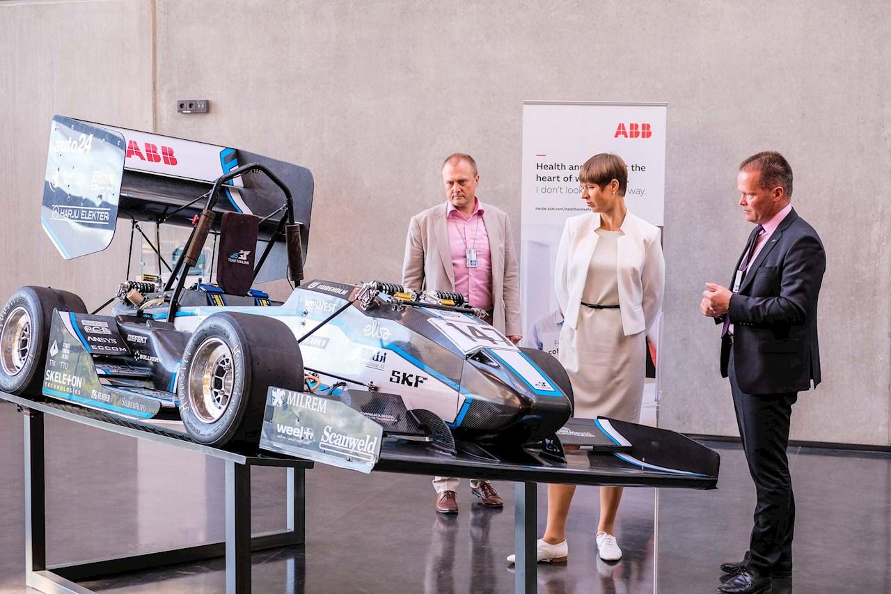 Tudengivormelit uudistavad (vasakult) ABB müügi- ja korrashoiuteenuste juht Leho Kuusk, Vabariigi President Kersti Kaljulaid ja ABB Balti riikide juht Jukka Patrikainen.
