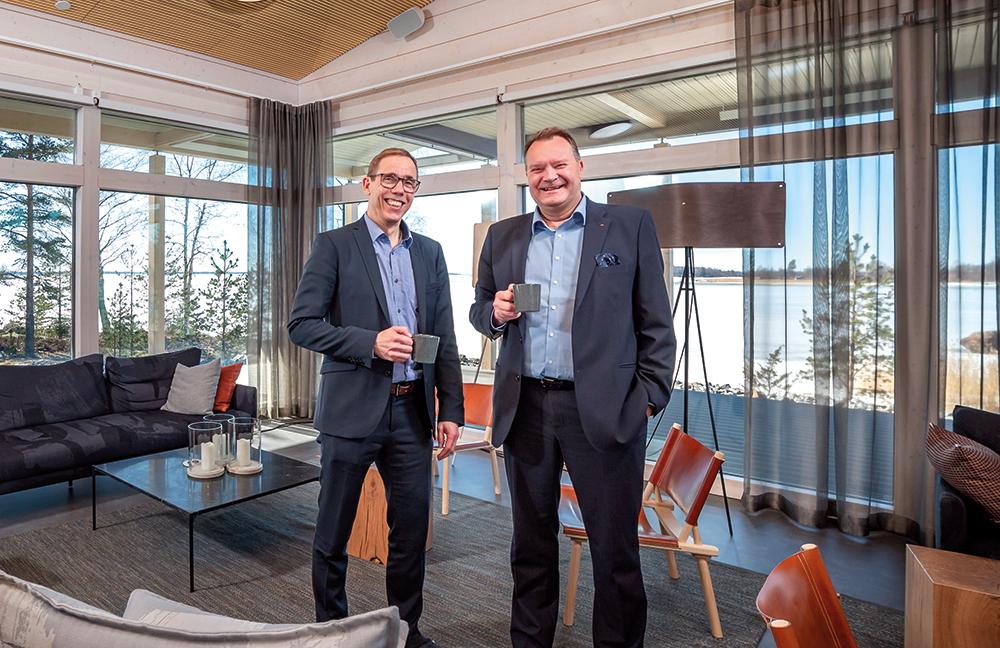 Wärtsilän moottorivoimalaitoksen johtaja Antti Kämi vasemmalla ja ABB:n Wärtsilästä vastaava asiakasjohta Mika Numminen. Nummisen mukaan ABB:n ja Wärtsilän yhteistyösuhde on elinkeinoelämässä ainutlaatuinen.