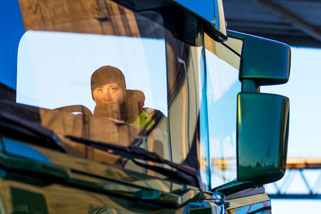 Lastbilschaufför Frida Ågren får med hjälp av ABB Ability™ System 800xA en automatisk anvisning vart lasten skall tippas av.