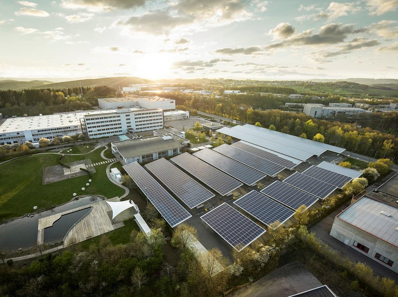 ABB präsentiert am Standort Lüdenscheid eine hochmoderne CO2-neutrale und energieautarke Fabrik der Zukunft