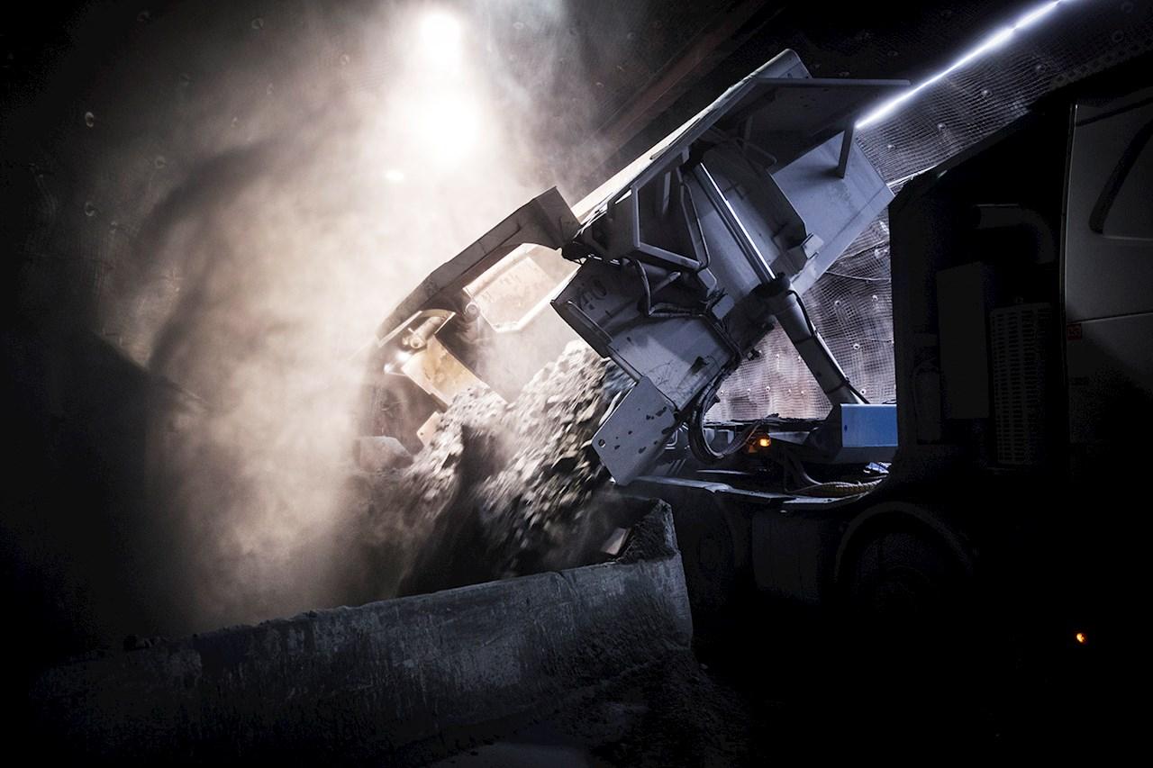 En truck tömmer sitt lass till en kross 1 000 meter under jord.