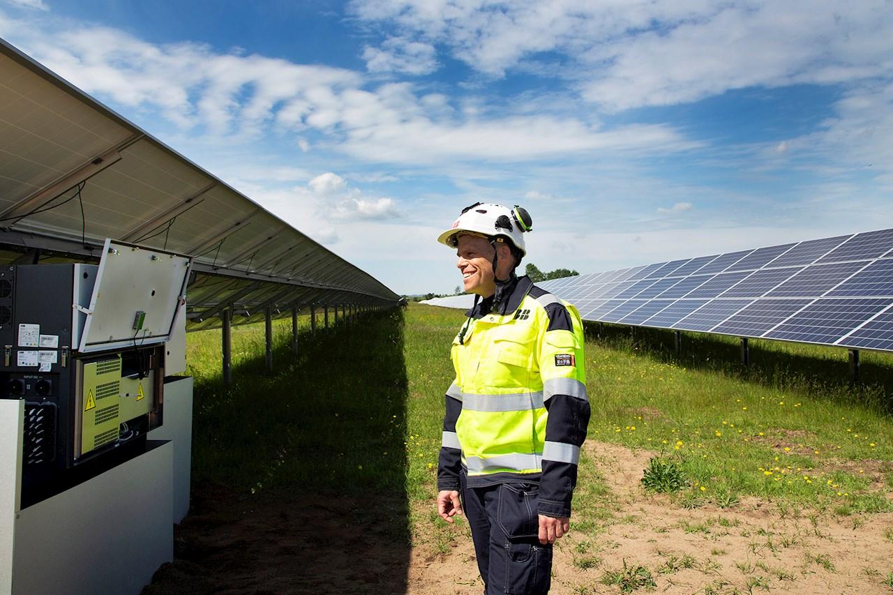 Daniel Schönström från ABB visar ABB:s växelriktare PVS-120 som är en del av solcellsparken. Foto: Charlotte Carlberg Bärg