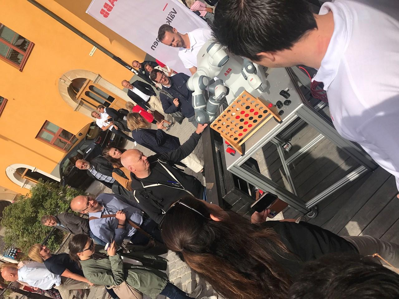 Många besökare drogs till ABB:s mötesplats i centrala Visby förra året. Den kollaborativa roboten YuMi väckte stort intresse. Foto: ABB.
