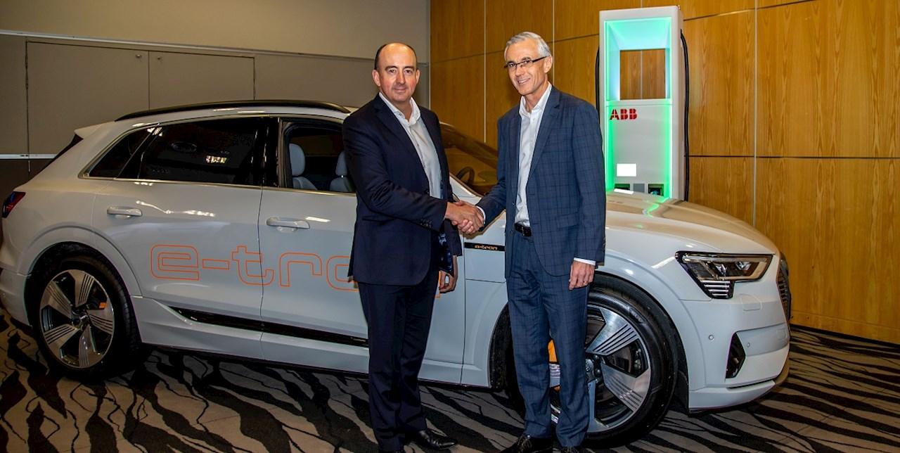 Dean Sheed, Director general, Audi Nueva Zelanda (izquierda) y Ewan Morris, Director general, ABB en Nueva Zelanda durante el ABB Technology Summit celebrado en el SkyCity Convention Centre en Auckland (crédito de la fotografía: Audi Nueva Zelanda)