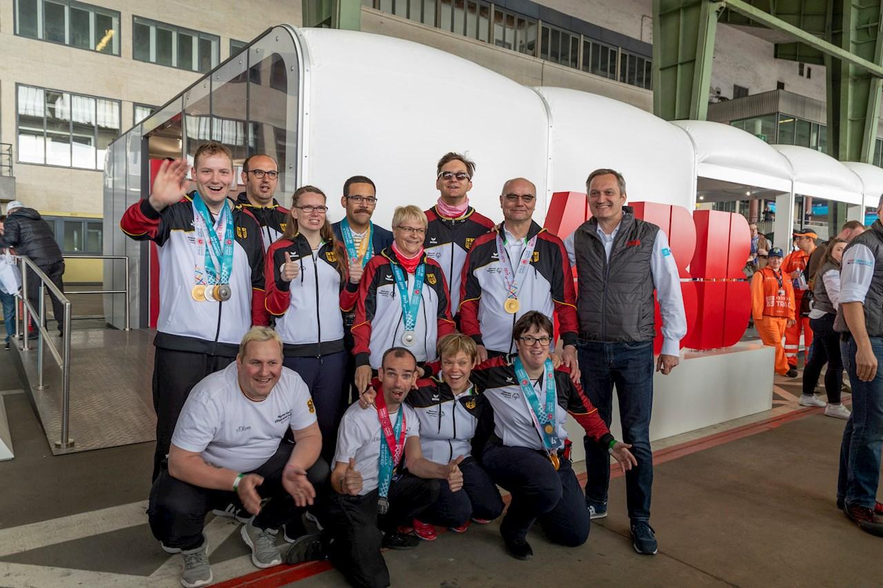 Die Berliner Athleten präsentierten dem ABB-Finanzvorstand und Arbeitsdirektor Markus Ochsner stolz die Medaillen, die sie im März bei den Special Olympics World Games Abu Dhabi in den Disziplinen Radfahren, Schwimmen, Kanu, Bowling und Kraftdreikampf gewonnen hatten.