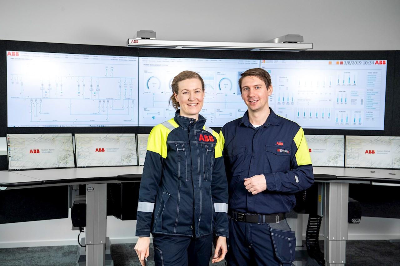 Magnus Uddman,  här tillsammans med kollegan Elin Löfvendahl, är Lead Operator på ABB:s Collaborative Operations Center i Västerås.  Foto: Jonas Bilberg