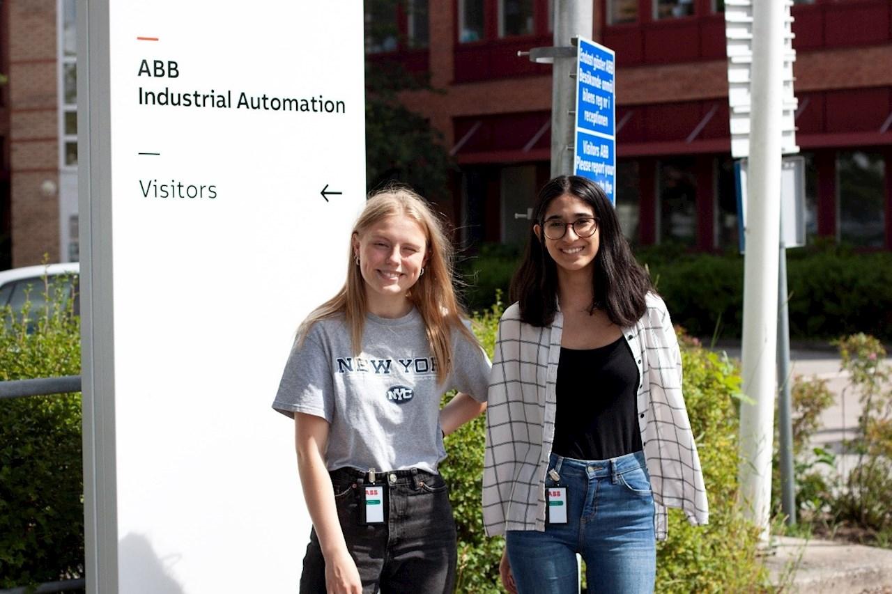 Både Alexandra Gräns (t.v.) och Zarah Kadhim Sundin (t.h.) sommarjobbar hos ABB för första gången.