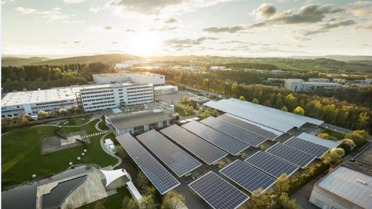 ABB présente à Lüdenscheid une solution de pointe pour une usine du futur autosuffisante et neutre en CO2