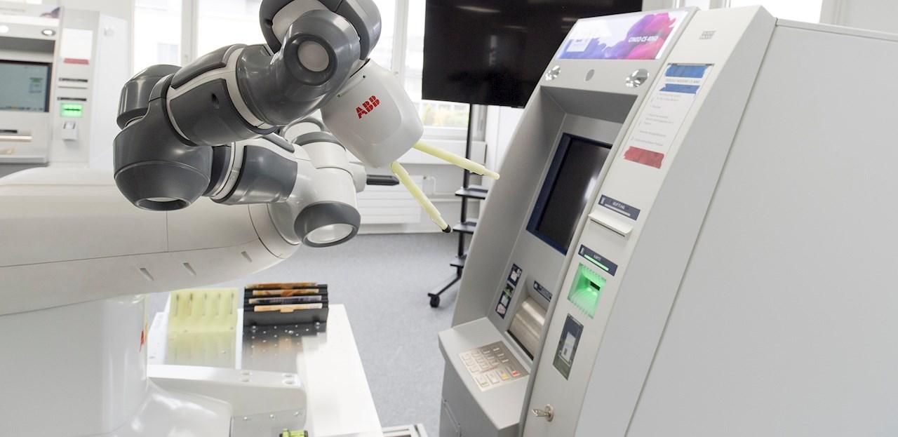 YuMi testet die Geldautomaten-Software auf Herz und Nieren.