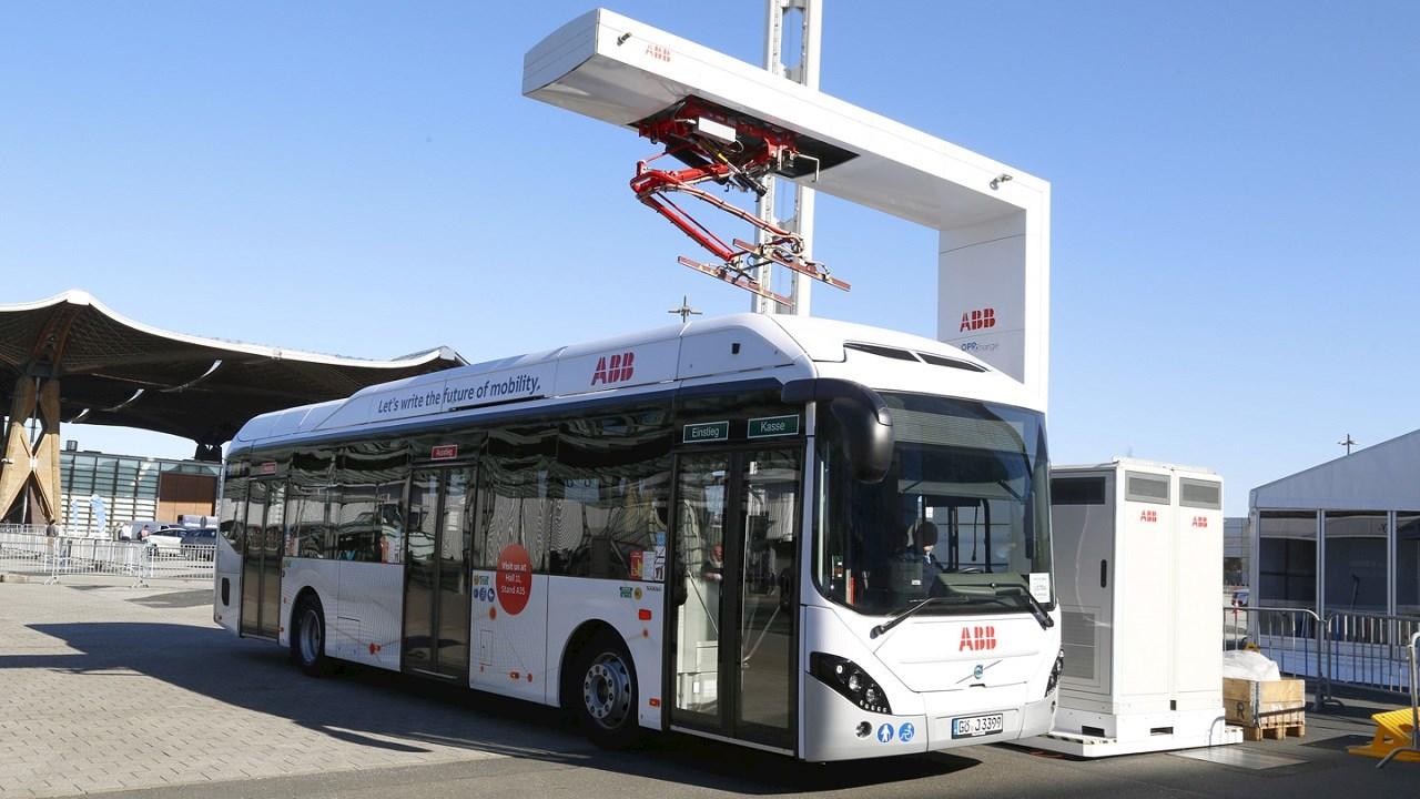 Az ABB elősegíti az elektromos buszok töltésének szélesebb körben történő szabványosítását.