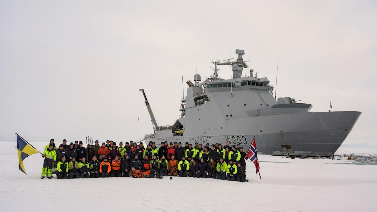 Mannskapet på KV Svalbard på Nordpolen (Ill. Kystvakten)