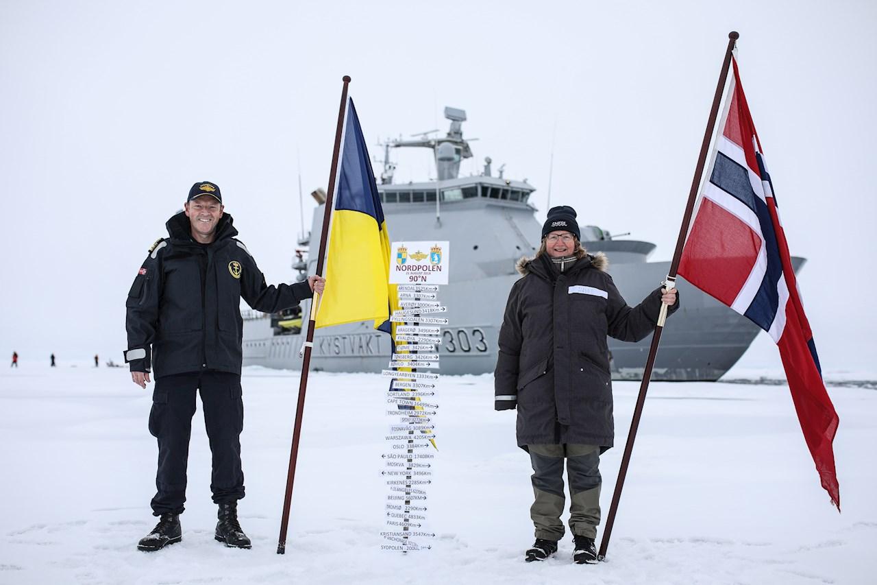 Befälhavare Geir-Magne Leinebø och CAATEX expeditionsledare Dr. Hanne Sagen på Nordpolen. Foto taget av norska kustbevakningen.