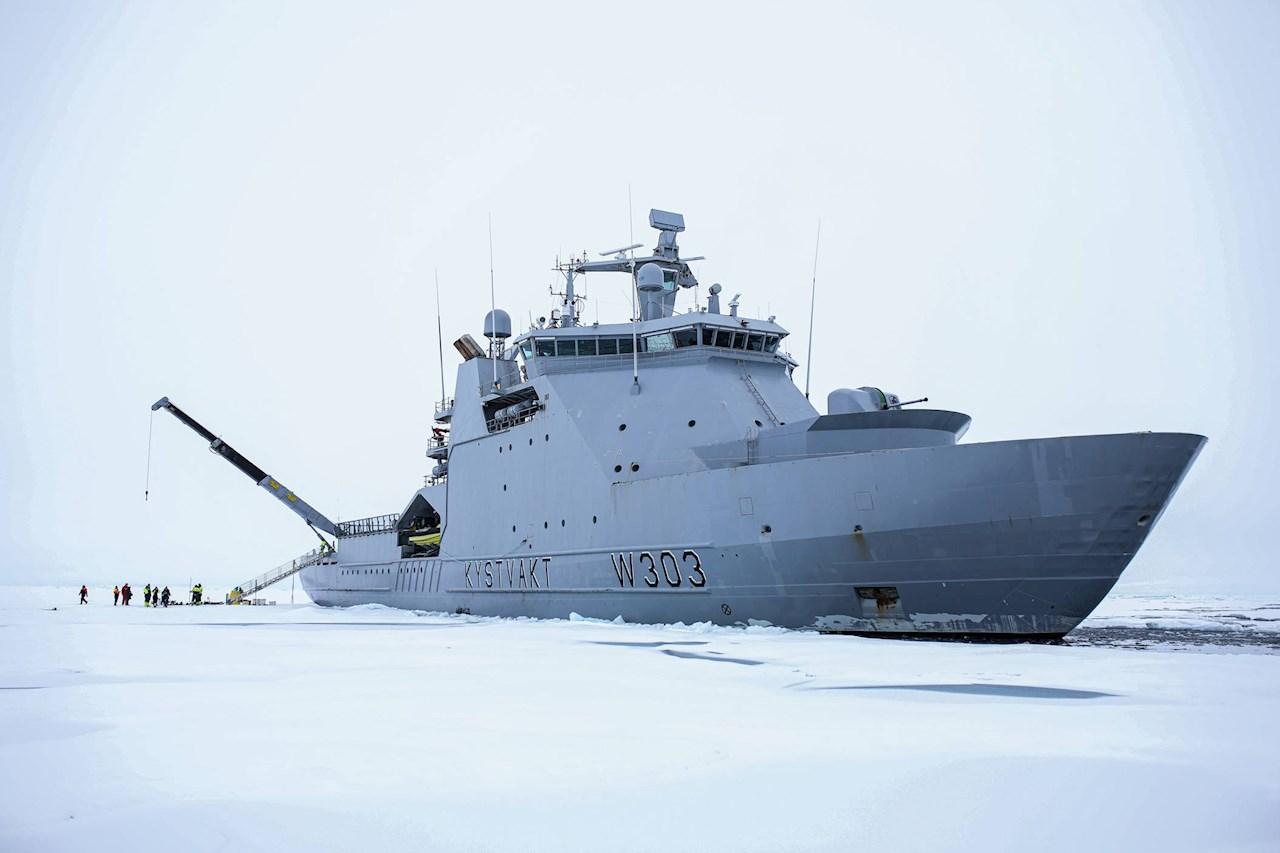 Den norska kustbevakningsisbrytaren KV Svalbard. Foto taget av norska kustbevakningen.