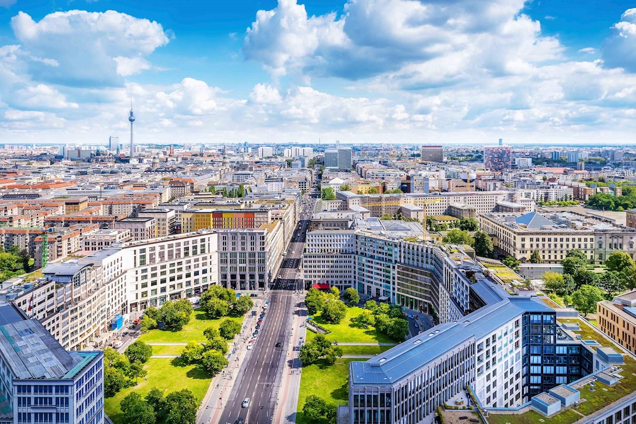 ABBのUNITROL®1000シリーズは、ドイツで開発された新たな欧州の新しい系統連系規定に完全に準拠している世界初の励磁装置。ベルリンを含む都市(図示)の住民は、調和、統合、そして改善された電力市場全体の効率性を享受でき、規制に迅速に準拠することによりグ系統接続する際のリスクを低減。