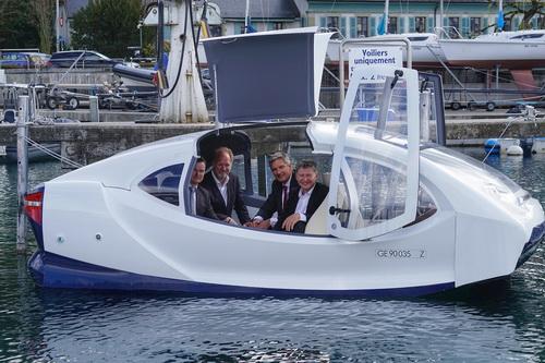 Balról jobbra haladva: Kenneth Nakken, Digital Service ABB Marine &Ports alelnöke, Anders Bringdal, a Seabubbles alapítója és vezérigazgatója, Thierry Lassus, az ABB Sécheron ügyvezető igazgatója, és Alain Thébault, a Seabubbles társalapítója és elnökhelyettese