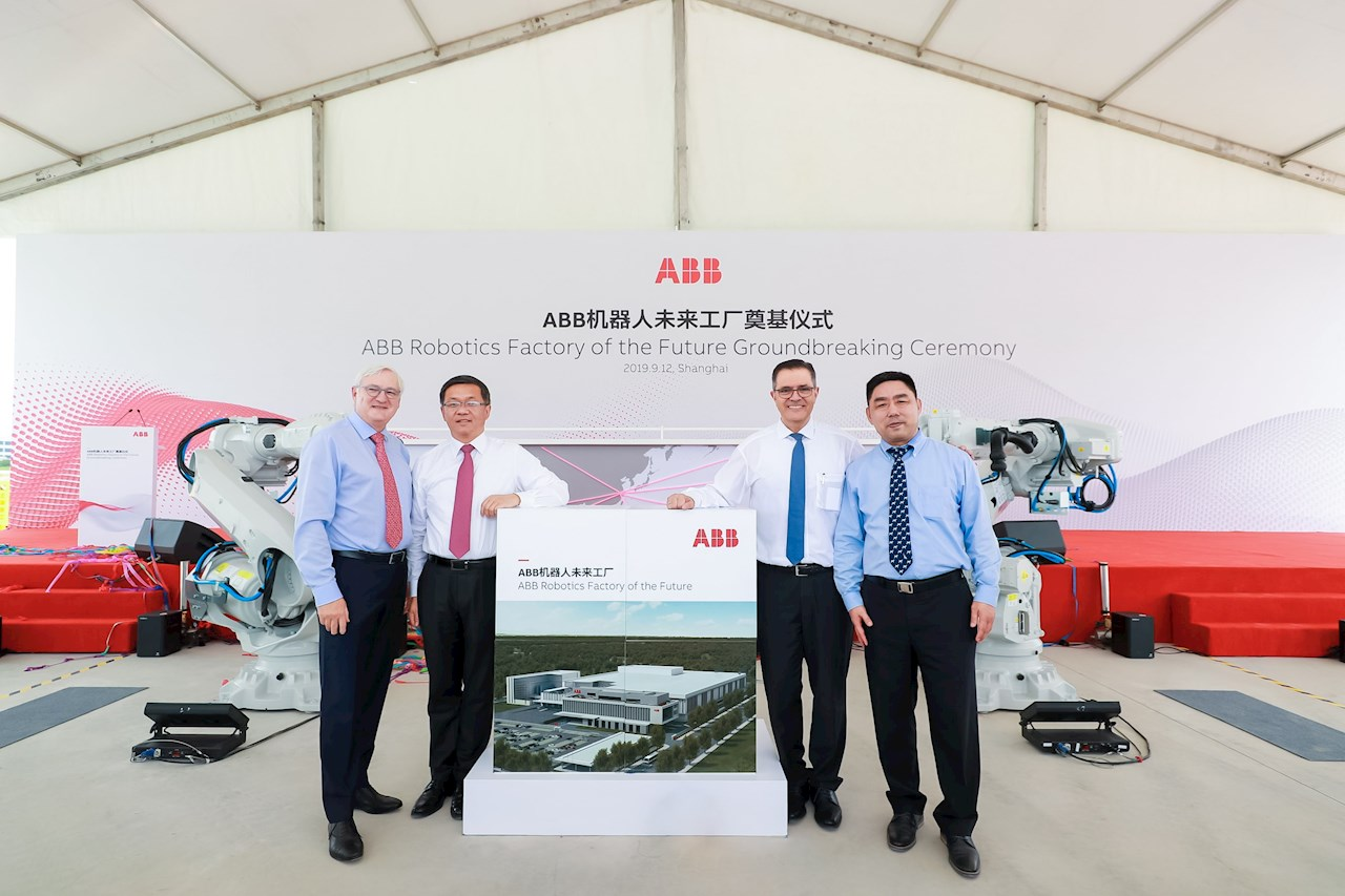 F.v: Peter Voser, ABB Chairman and CEO; Chunyuan Gu, President ABB Asia, Middle East and Africa region; Sami Atiya, President ABB Robotics & Discrete Automation business; James-Gang Li, Lead Business Manager, Robotics and Discrete Automation, ABB China