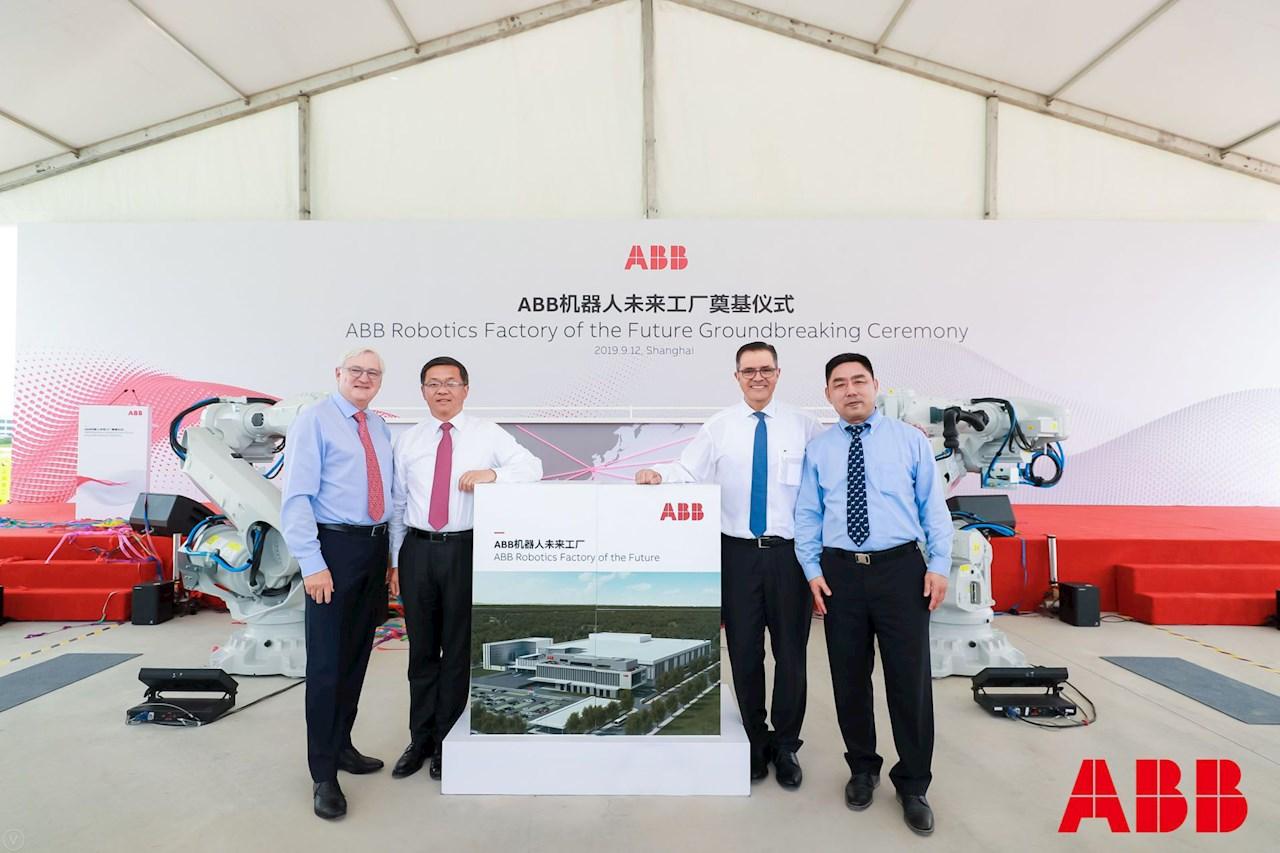 De gauche à droite : Peter Voser, président et chef de la direction d'ABB; Chunyuan Gu, président d'ABB pour la région Asie, Moyen-Orient et Afrique; Sami Atiya, président du secteur d'activité Robotique et composants pour automatisation d'ABB; James-Gang Li, directeur commercial principal, Robotique et composants pour automatisation, ABB Chine