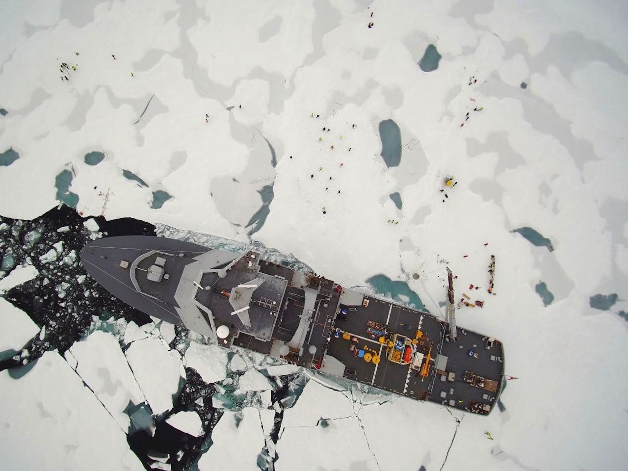 A KV Svalbard jégtörő hajó az Északi-sarkon.