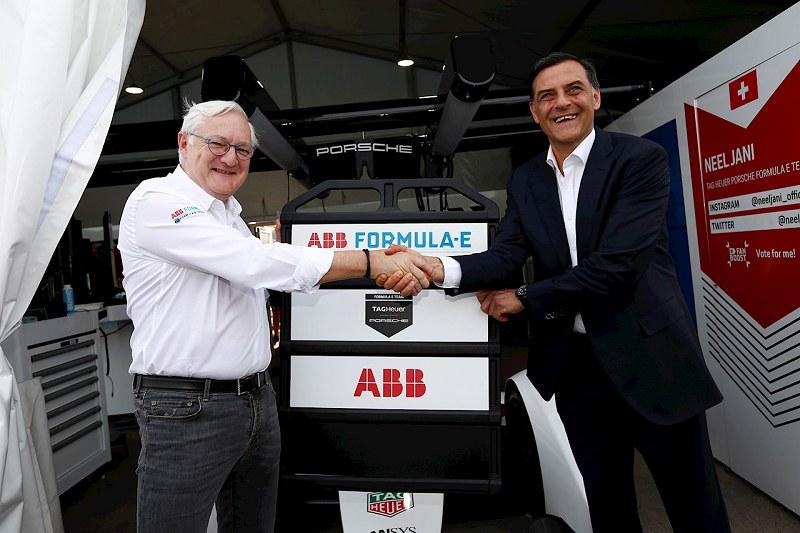 Peter Voser (Verwaltungsratsvorsitzender und CEO von ABB, links) mit Michael Steiner (Mitglied des Vorstandes Forschung und Entwicklung der Porsche AG).