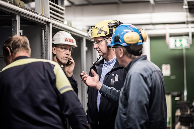 ABB engineers and Jämtkraft's Mikael Ericsson discuss the day's work.