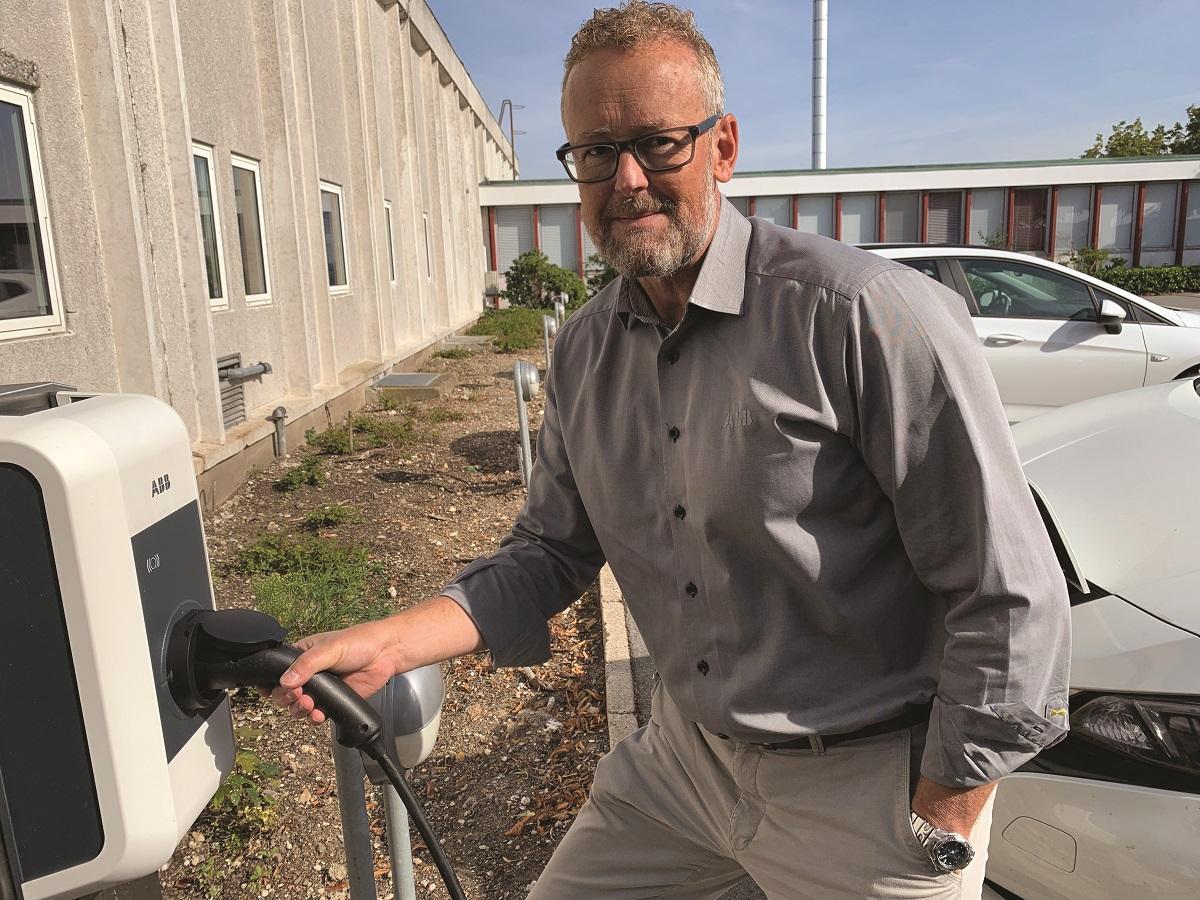 Lasse Altmann, forretningsudvikler for e-mobilitet hos ABB, lader dagligt sin elbil på en af ABB's ladestandere ved hovedkontoret i Skovlunde.