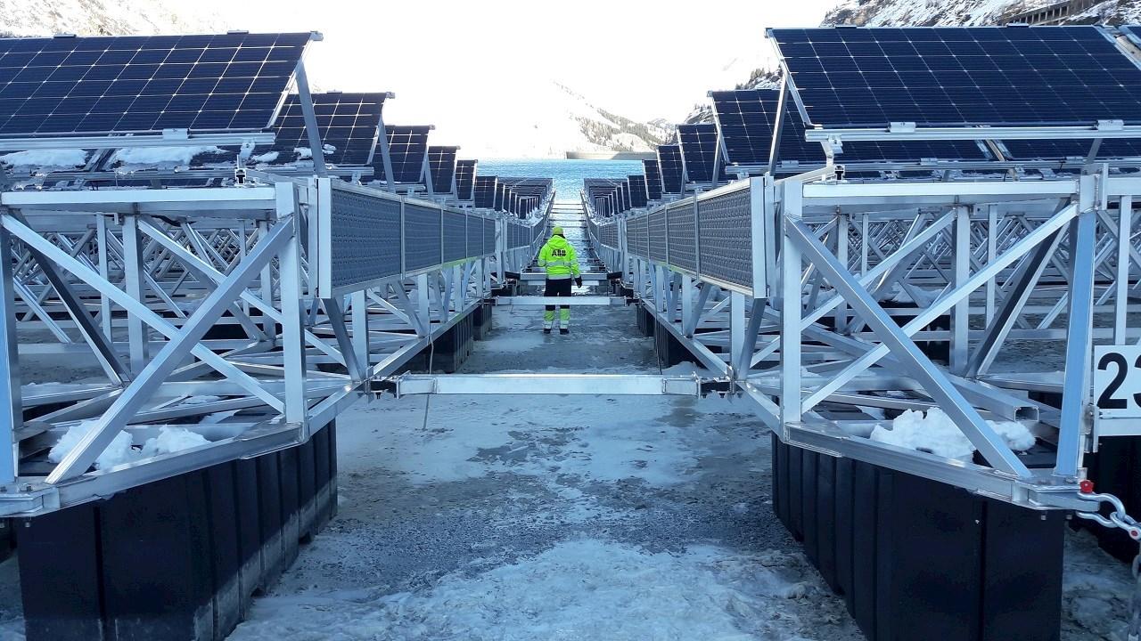 Az ABB megoldásaira épül az innovatív, vízfelszínre telepített naperőmű Svájcban.