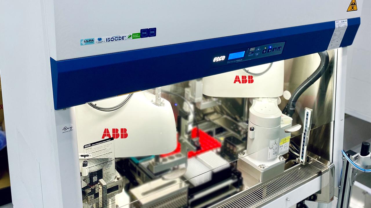 Os robôs de alta precisão da ABB foram implementados num novo sistema automatizado de laboratório, conhecido como Rapid Automated Volume Enhancer (RAVE)