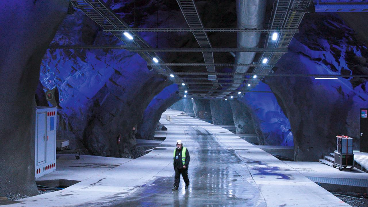 01. El centro de datos de 120 000 m2 de Lefdal, Noruega, funciona exclusivamente con energía renovable producida localmente y se enfría con el agua procedente de un fiordo cercano.