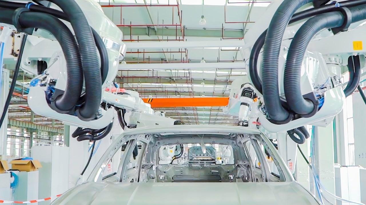 省スペースなABBのコンパクト内板塗装ソリューションは、塗装ブースのコストと環境負荷を削減