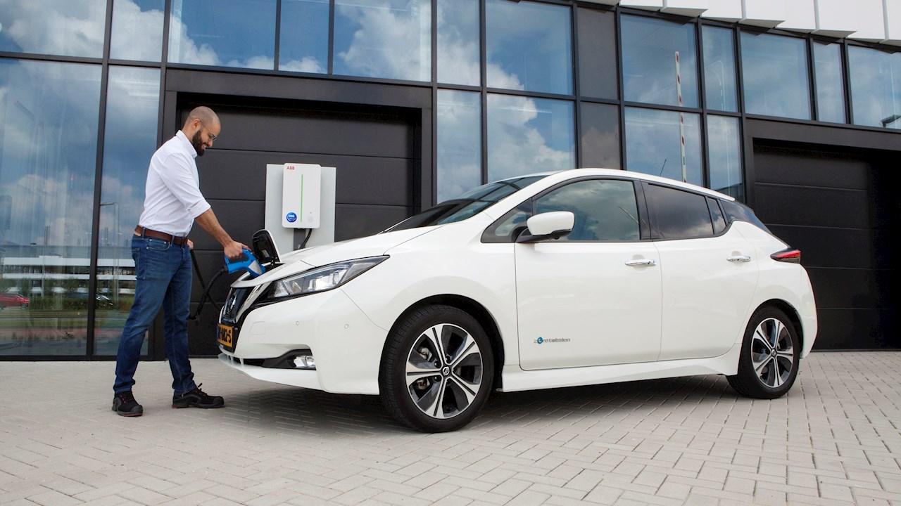 Az ABB okos töltési technológiájával az e-járművek energiát tudnak visszatáplálni a hálózatba