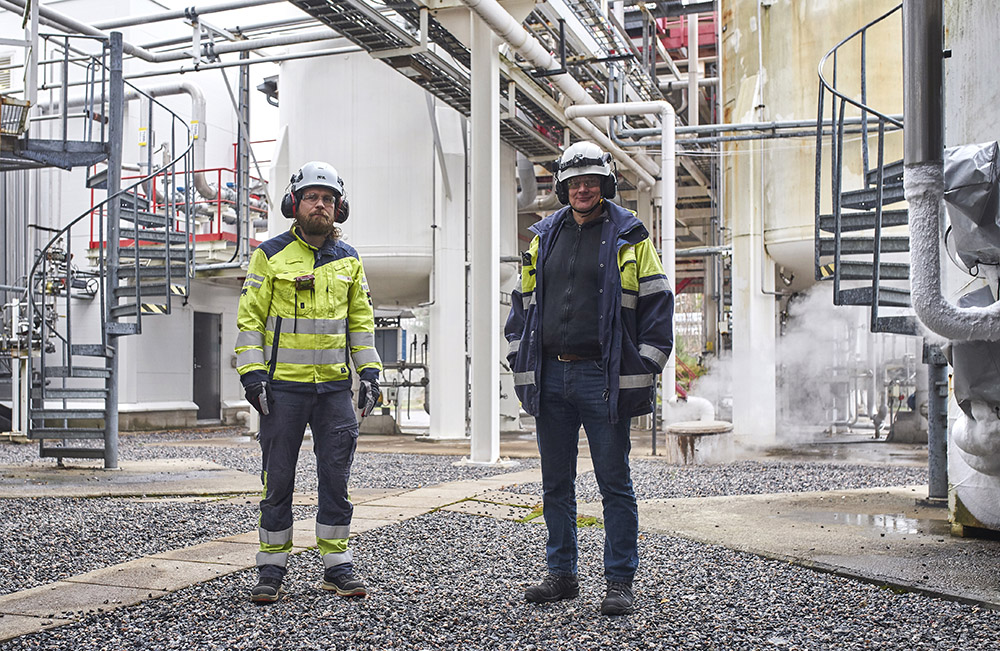 Linde's Kilpilahti factory manager Esa Vähäjylkkä and automation engineer Jarmo Turtio are in charge of continuous gas production in the air gas factory. ABB's updated automation solution improves the reliability of the plant.