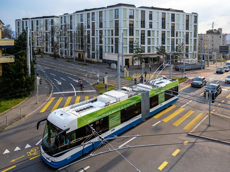 Ein Bus der Linie 83 mit dem auf dem Dach montierten Energiespeicher von ABB.