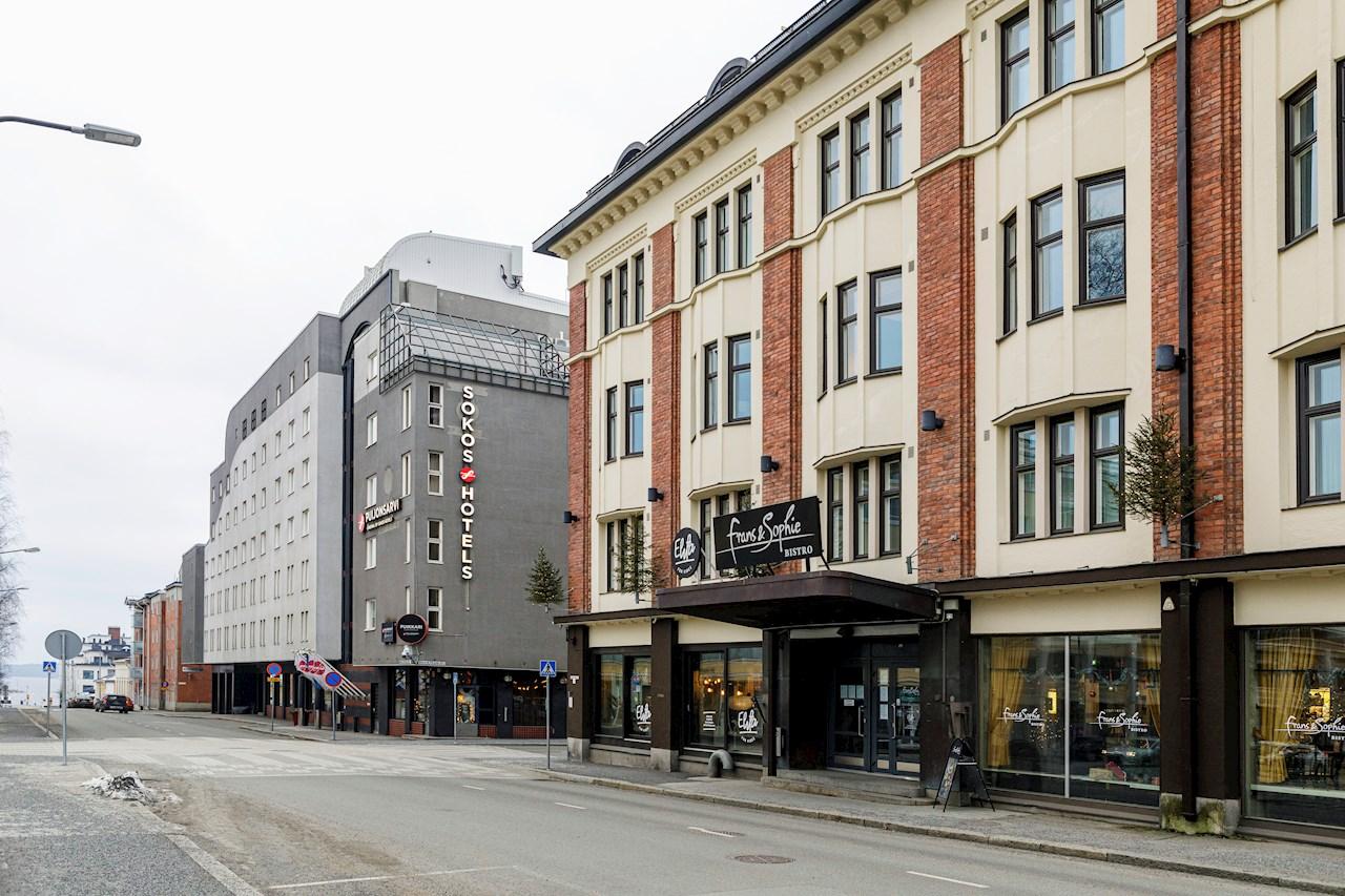 Sokos hotelli Puijonsarveen lisättiin sähköautojen latauspaikka, johon ABB toimitti Kabeldon-jakokeskuksen.