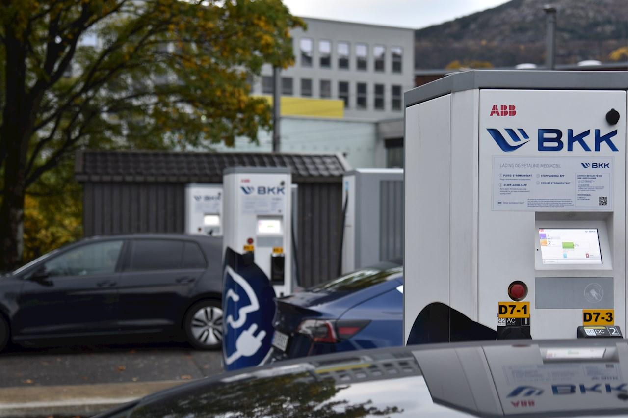 ABB har installert hurtiglader nummer 1000 i Norge, på en av landets største ladeplasser, Danmarks Plass i Bergen.