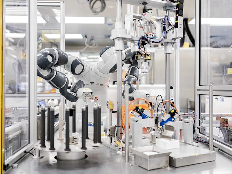 Il robot YuMi impiegato nell'applicazione sviluppata d ABB, Sintech e Livanova