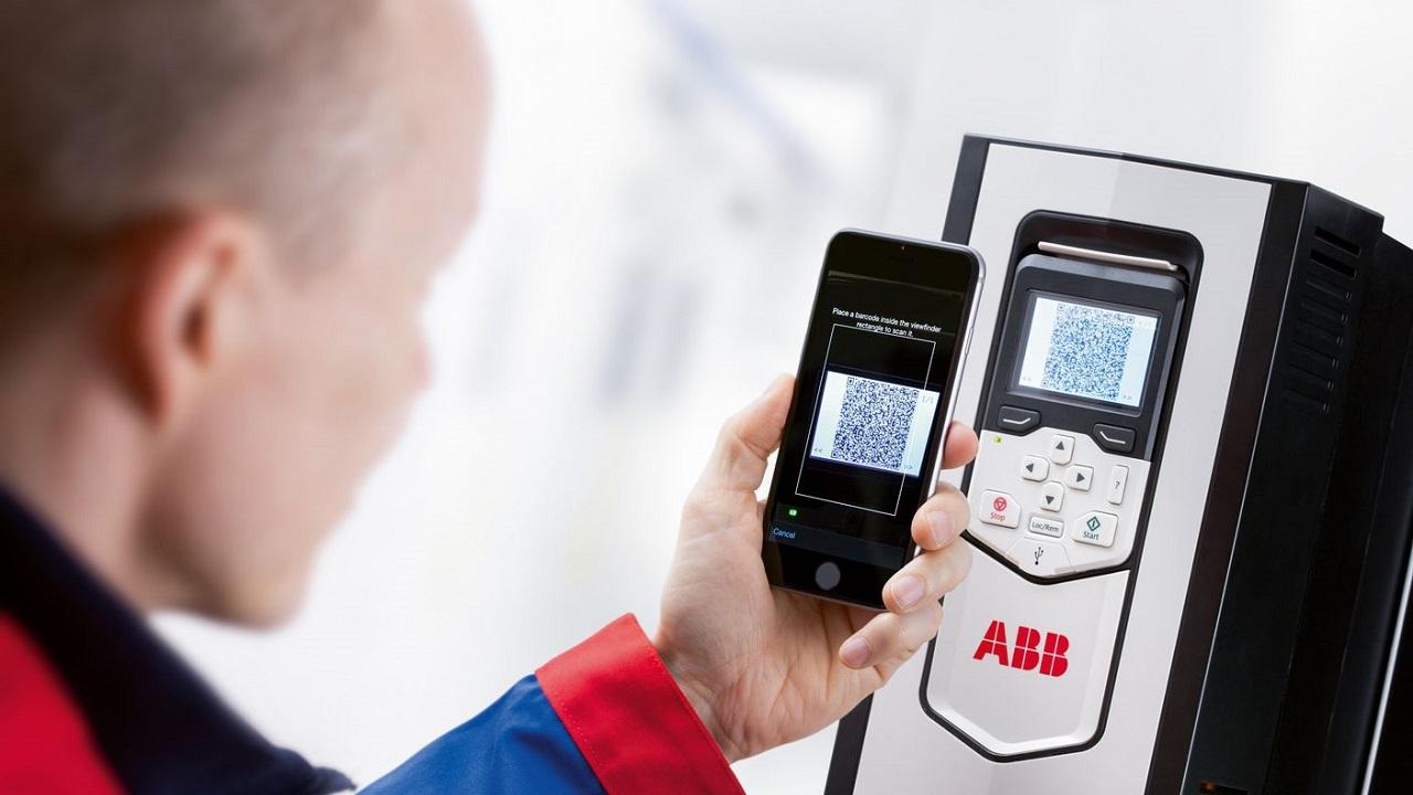 02. Escaneando el código QR de esta unidad ACS880, el técnico de campo obtiene acceso instantáneo a una gran cantidad de datos.