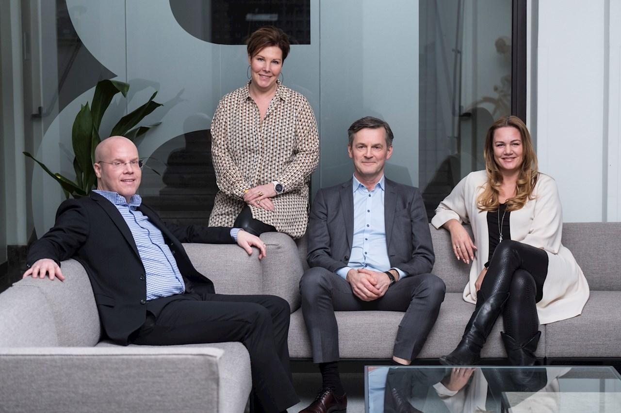 Tobias Hansson tillsammans med Maria Brithon, HR-chef, Peter Jansson, Finanschef och Jenny Larsson, vd ABB Power Grids i Sverige.