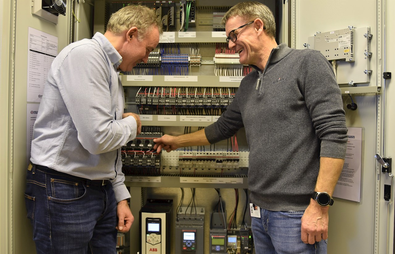 Elektroelevene ved Glemmen VGS i Fredrikstad får innsikt i digital motorstarterteknologi med nytt utstyr fra ABB, Rolf Noremsaune (t.v.) fra ABB og kontaktlærer Magnar-Jarle Lynglund sjekker detaljene.