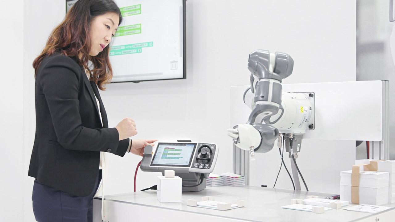Mit Wizard Easy Programming von ABB können selbst Anwender ohne tiefergehende Programmierkenntnisse den kollaborativen Single-arm YuMi-Roboter programmieren.